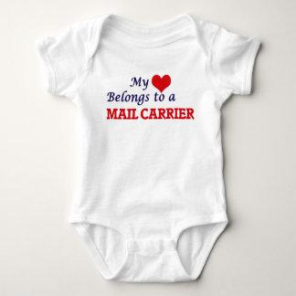 Mi corazón pertenece a un cartero body para bebé