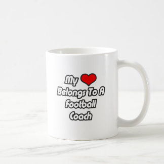 Mi corazón pertenece a un entrenador de fútbol taza clásica
