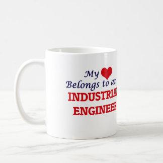 Mi corazón pertenece a un ingeniero industrial taza de café