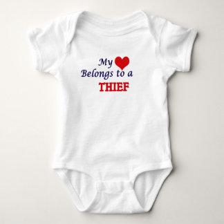 Mi corazón pertenece a un ladrón body para bebé