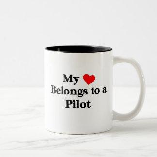 Mi corazón pertenece a un piloto taza de café de dos colores