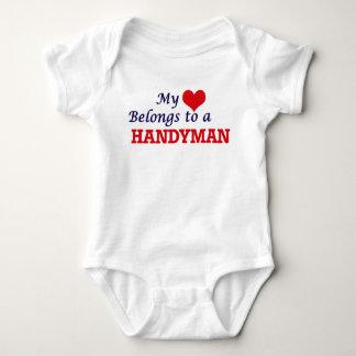 Mi corazón pertenece a una manitas body para bebé