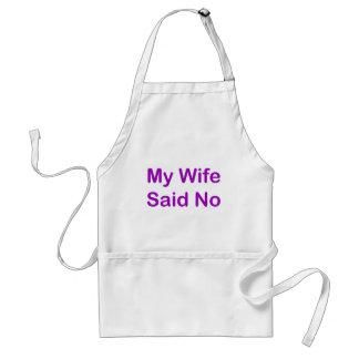 Mi esposa dijo no en una fuente púrpura delantal
