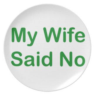 Mi esposa dijo no en una fuente verde oscuro plato de comida