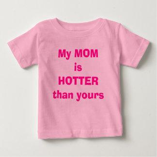 Mi MAMÁ es MÁS CALIENTE que la suya Camiseta De Bebé