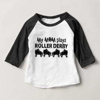 Mi mamá juega el rodillo Derby, patinaje sobre Camiseta De Bebé