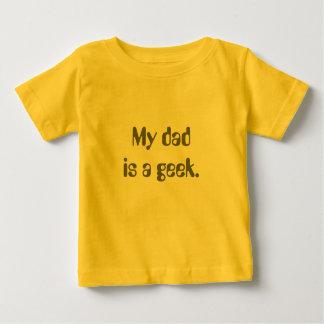 Mi papá es un geek. camiseta para bebé