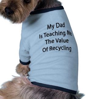 Mi papá me está enseñando al valor del reciclaje camiseta de perro