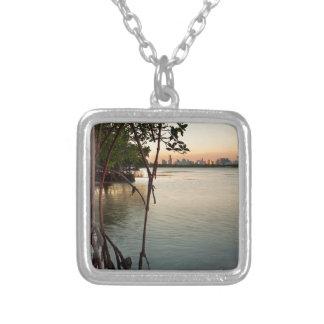 Miami y mangles en la puesta del sol collar plateado