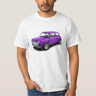 Mini coche púrpura clásico en la camiseta blanca