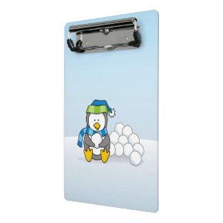 Minicarpeta De Pinza Pequeño pingüino que se sienta con las bolas de