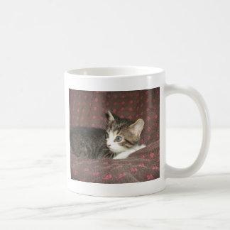 Mirada alrededor taza de café
