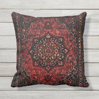 Mirada de la alfombra persa en campo teñido color cojín de exterior
