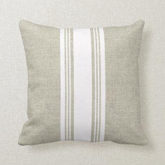 Mirada de lino con la almohada blanca de la raya