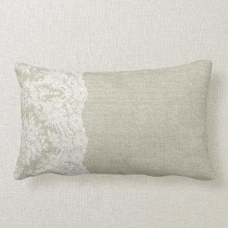 Mirada de lino con la almohada del borde del
