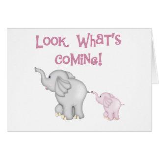 Mirada de los elefantes rosados qué está viniendo tarjeta de felicitación