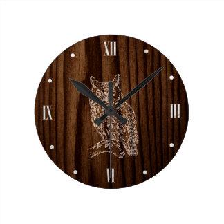 Mirada de madera con el reloj de pared del búho