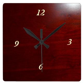 Mirada de madera de la cereza oscura reloj cuadrado