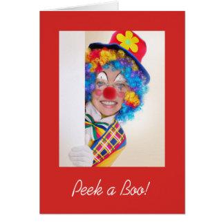 Mire a escondidas una tarjeta de nota del abucheo
