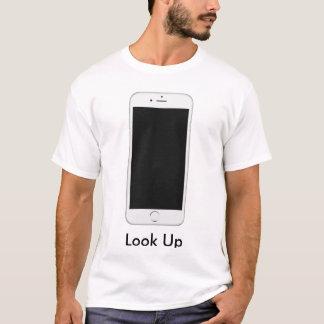 Mire para arriba de su camisa del teléfono