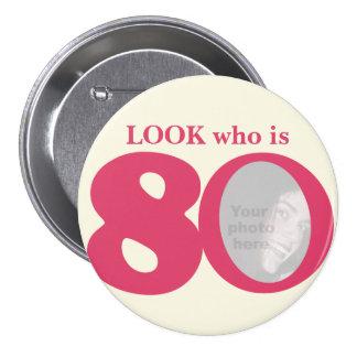 Mire quién es botón/insignia de la crema del rosa chapa redonda de 7 cm