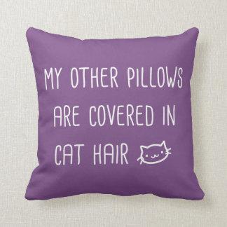 Mis otras almohadas se cubren en el pelo del gato