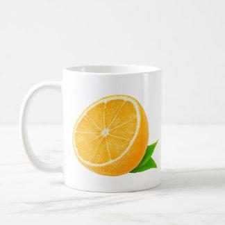 Mitad de la fruta anaranjada taza