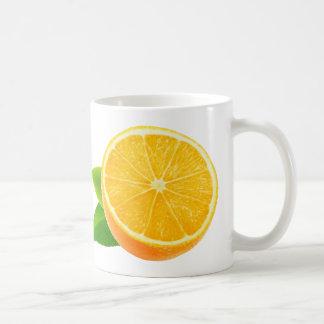 Mitad de la fruta anaranjada taza de café