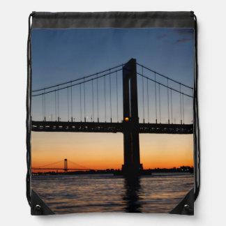 Mochila Con Cordones Cuello de Throggs y puesta del sol del puente de