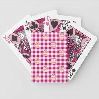 Modelo a cuadros rosado de la torta baraja de cartas