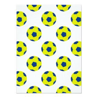 Modelo amarillo y azul del balón de fútbol invitación 13,9 x 19,0 cm