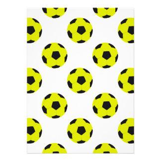 Modelo amarillo y negro del balón de fútbol anuncios personalizados