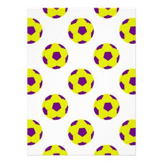 Modelo amarillo y púrpura del balón de fútbol invitacion personalizada