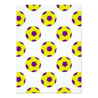 Modelo amarillo y púrpura del balón de fútbol invitación 13,9 x 19,0 cm