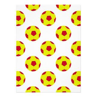 Modelo amarillo y rojo del balón de fútbol invitaciones personalizada