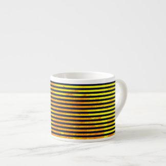 Modelo ambarino de las rayas del fondo el | taza de espresso