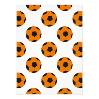 Modelo anaranjado y negro del balón de fútbol comunicado personalizado