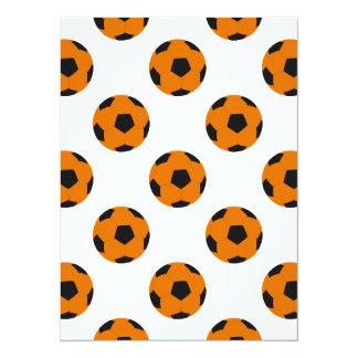 Modelo anaranjado y negro del balón de fútbol invitación 13,9 x 19,0 cm
