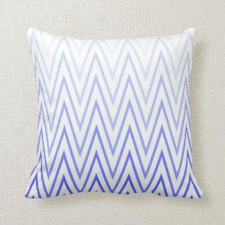 Modelo blanco azul de Chevron de la pendiente del Cojín Decorativo