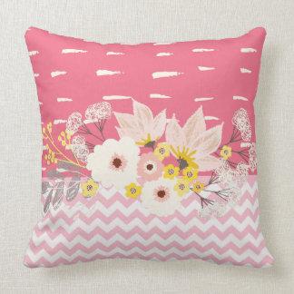 Modelo blanco rosado floral hermoso de Chevron Cojín Decorativo