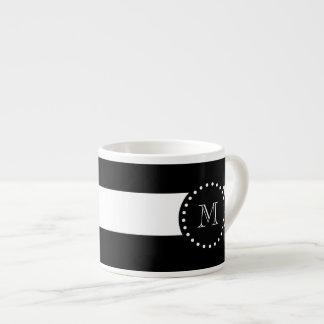 Modelo blanco y negro de las rayas, monograma taza de espresso