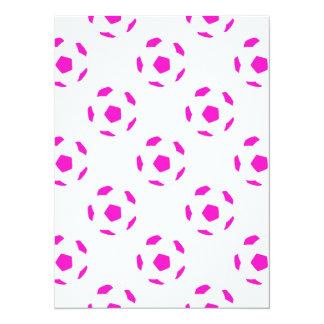 Modelo blanco y rosado del balón de fútbol invitación 13,9 x 19,0 cm