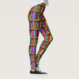 Modelo colorido de la lectura del estante el   de leggings