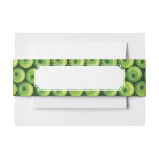 Modelo con las manzanas verdes cintas para invitaciones