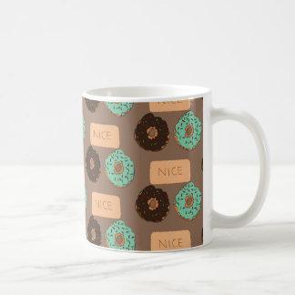 Modelo de buñuelos y Niza de galletas Taza De Café