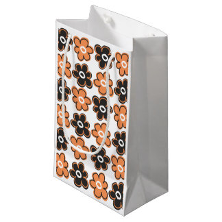 Modelo de flores retro anaranjado y negro bolsa de regalo pequeña