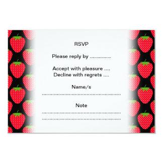 Modelo de fresas rojas en negro invitación 8,9 x 12,7 cm
