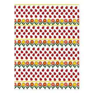 Modelo de las mariquitas y de flores postal