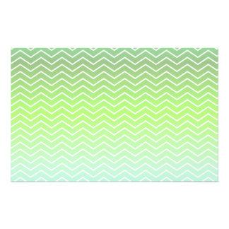 Modelo de zigzag verde folleto 14 x 21,6 cm