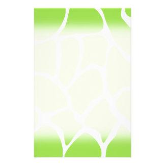 Modelo del estampado de girafa en verde de cal folleto 14 x 21,6 cm